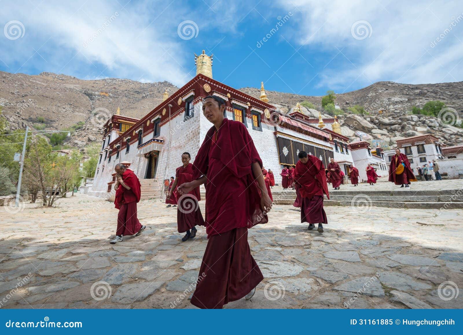 Монахи выходят главный актовый зал монастыря сывороток