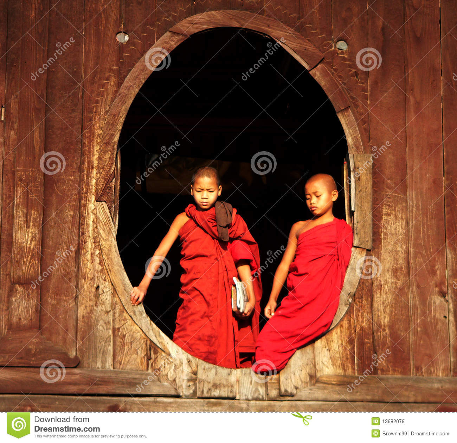 монахи myanmar Бирмы обдумывая 2