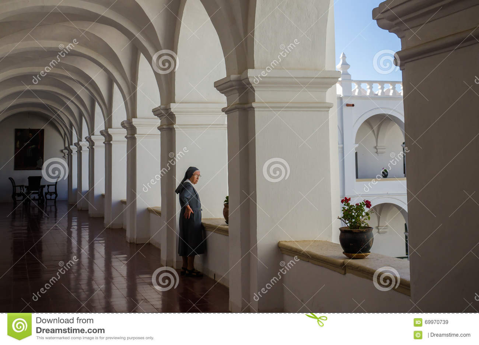 Монашка в монастыре смотрит из окна