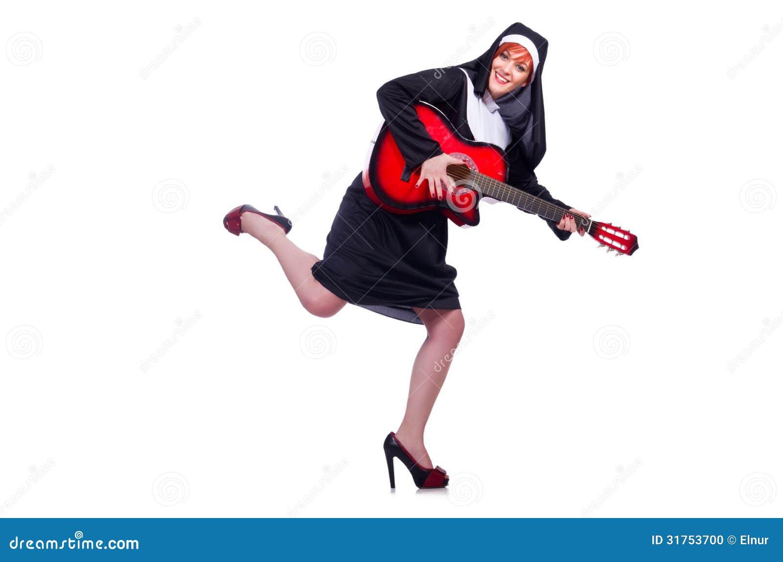 Монашка играя гитару