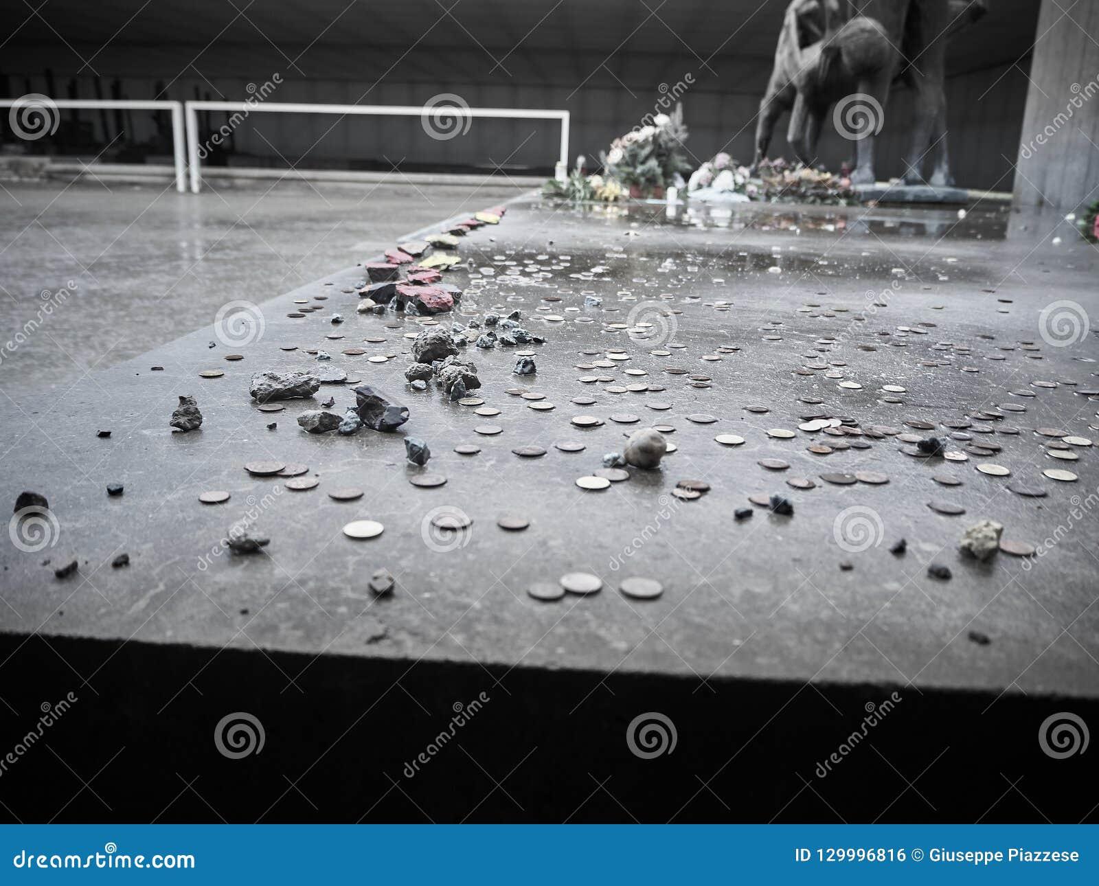 Монетки положили около мемориальной статуи в память жертв
