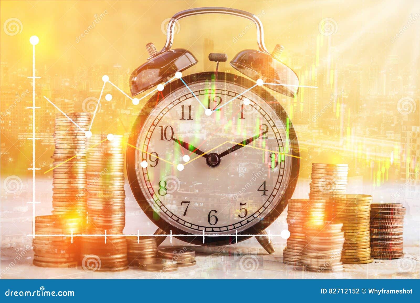 монетки штабелируют и будильник на золотом concep дела предпосылки