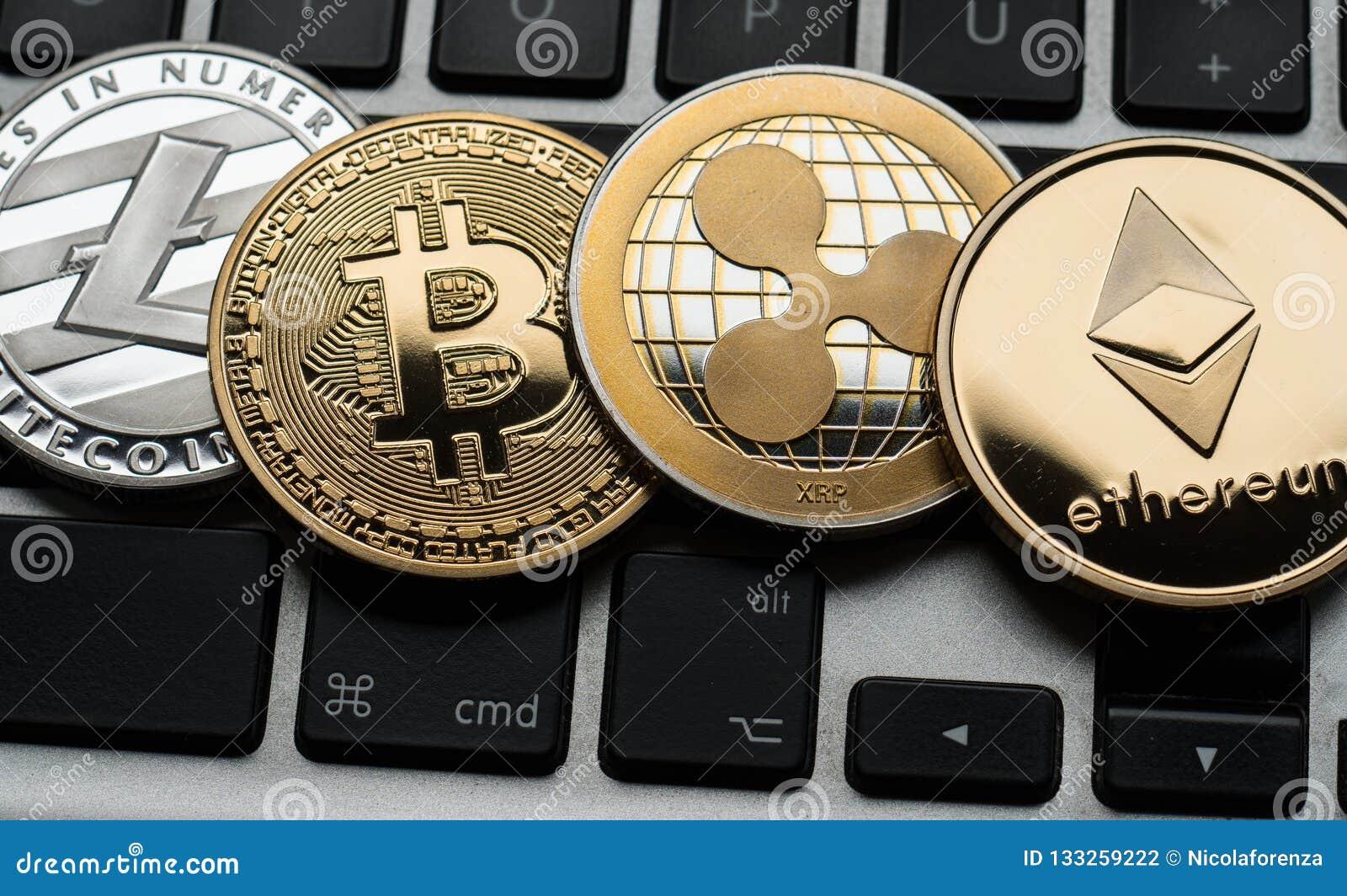 Монетки Cryptocurrencies Ethereum, пульсации, Bitcoin и Litecoin на клавиатуре ноутбука компьютера