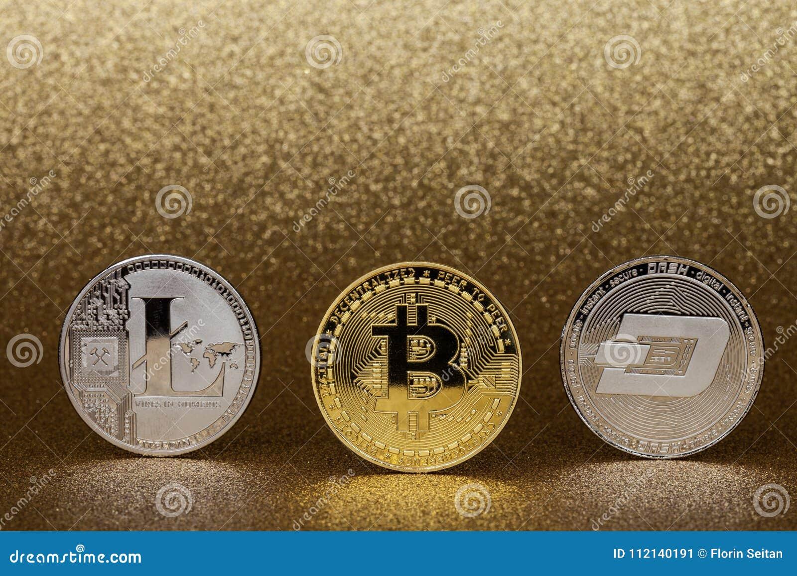 3 монетки cryptocurrency, золотого bitcoin, серебряное litecoin и черточка чеканят, на glittery золотой предпосылке