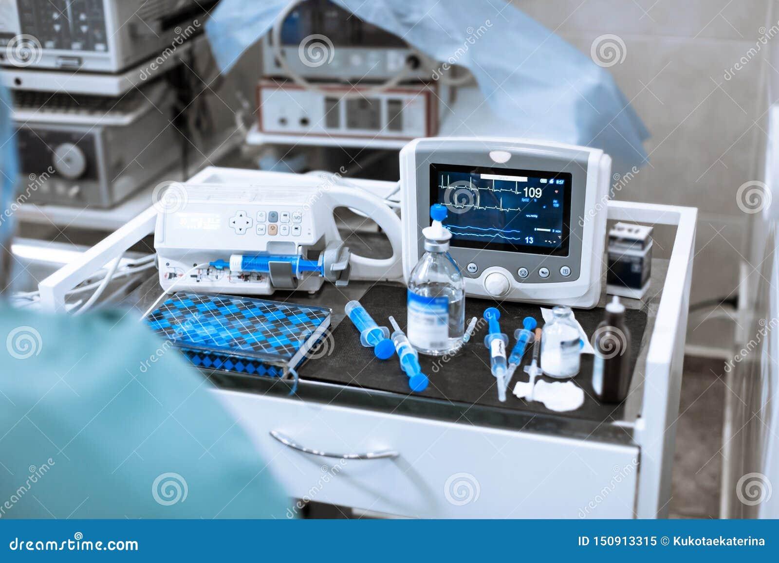 Монитор тарифа сердца в театре больницы Медицинские показатели жизненно важных функций контролируют аппаратуру в больнице на мони