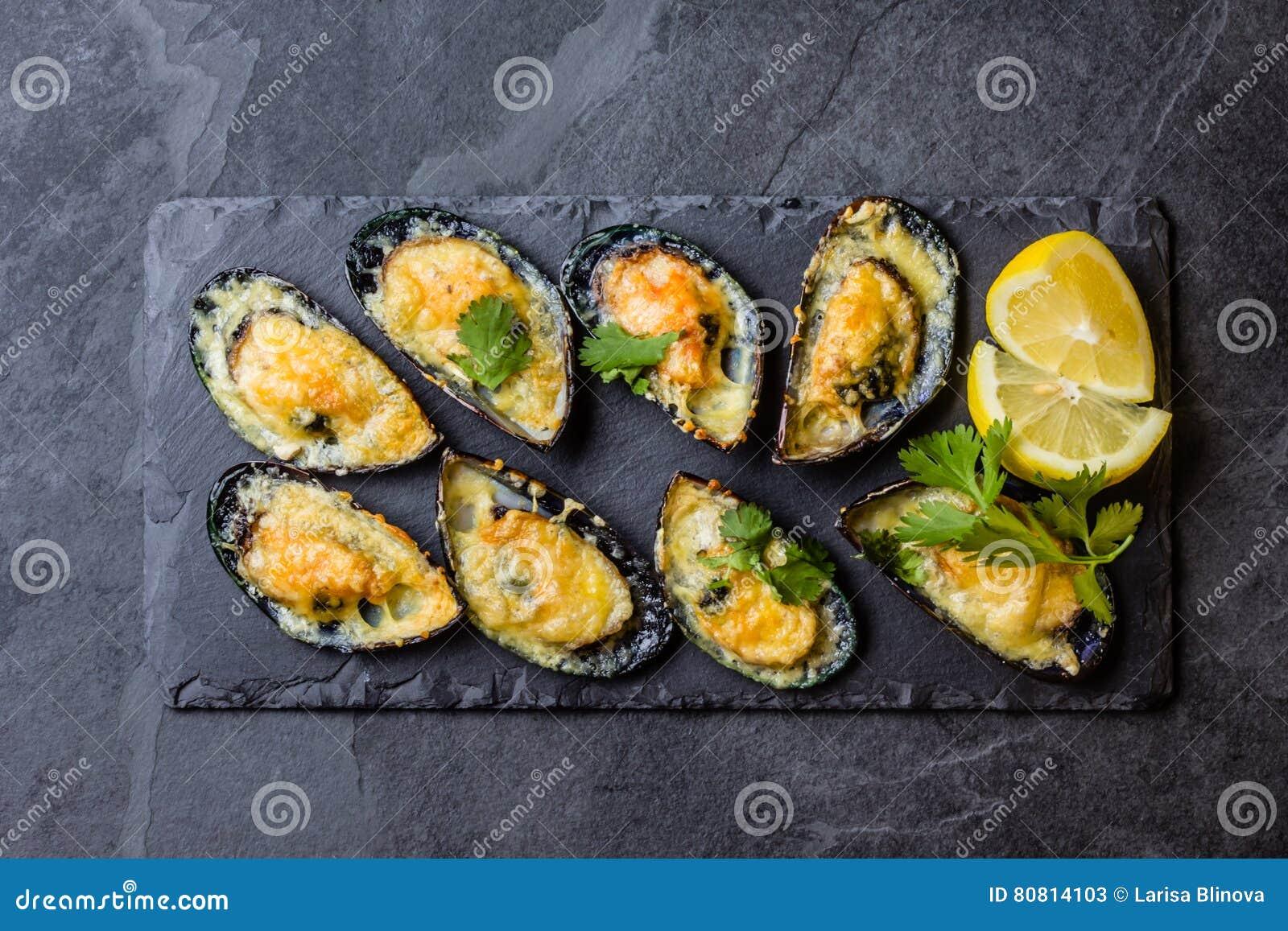 Морепродукты Испеченные мидии с сыром и лимоном в раковинах