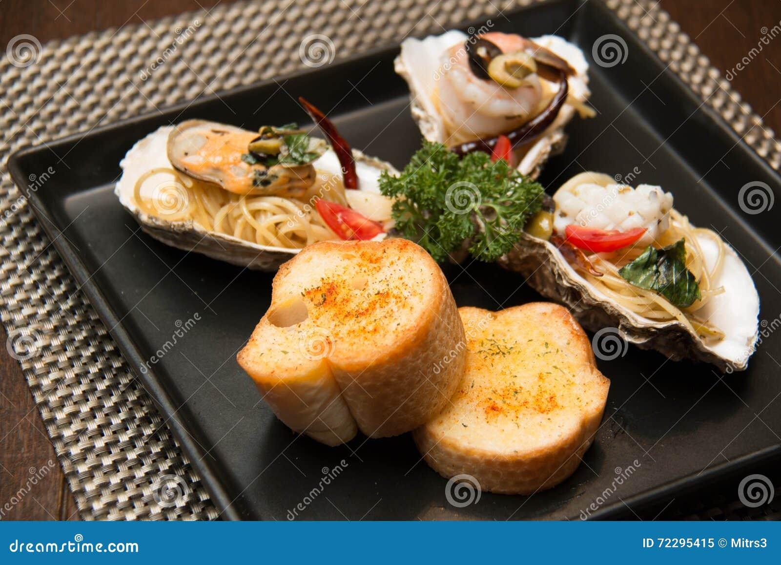 Download Морепродукты спагетти макаронных изделий очень вкусные в раковине Стоковое Изображение - изображение насчитывающей здорово, обед: 72295415