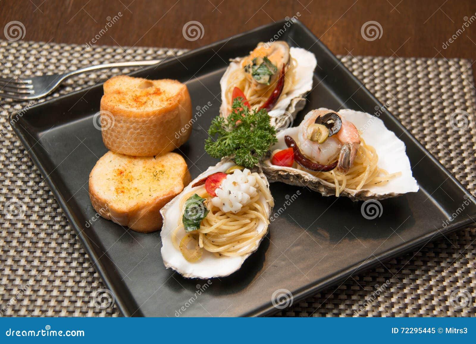 Download Морепродукты спагетти макаронных изделий очень вкусные в раковине Стоковое Изображение - изображение насчитывающей ресторан, clams: 72295445