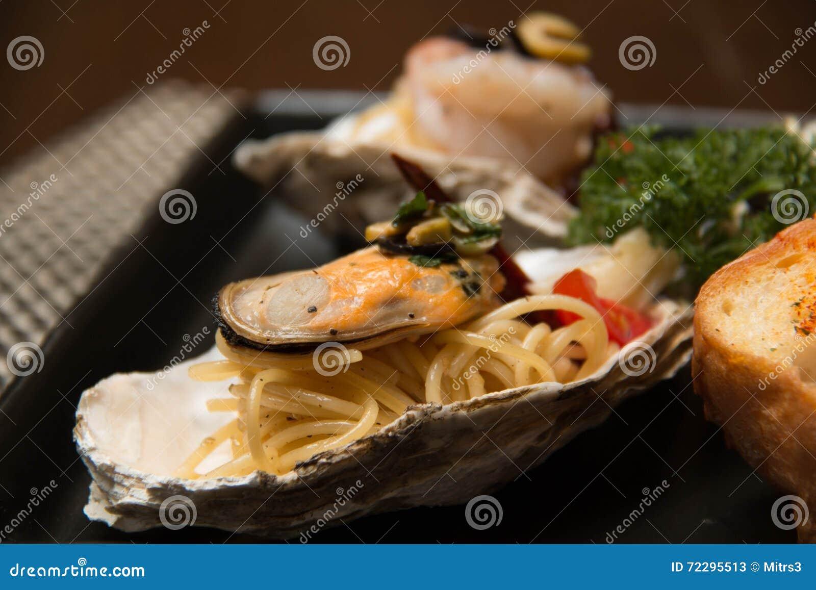 Download Морепродукты спагетти макаронных изделий очень вкусные в раковине Стоковое Изображение - изображение насчитывающей seafood, green: 72295513