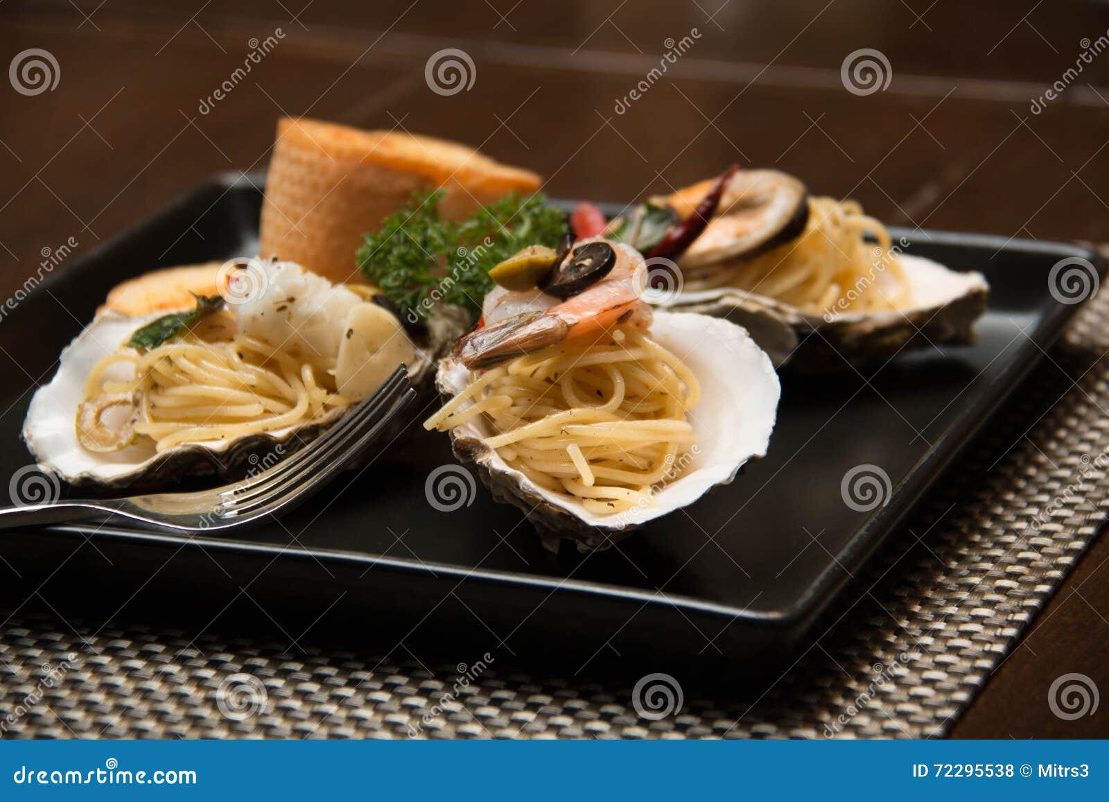 Download Морепродукты спагетти макаронных изделий очень вкусные в раковине Стоковое Фото - изображение насчитывающей свеже, кухня: 72295538
