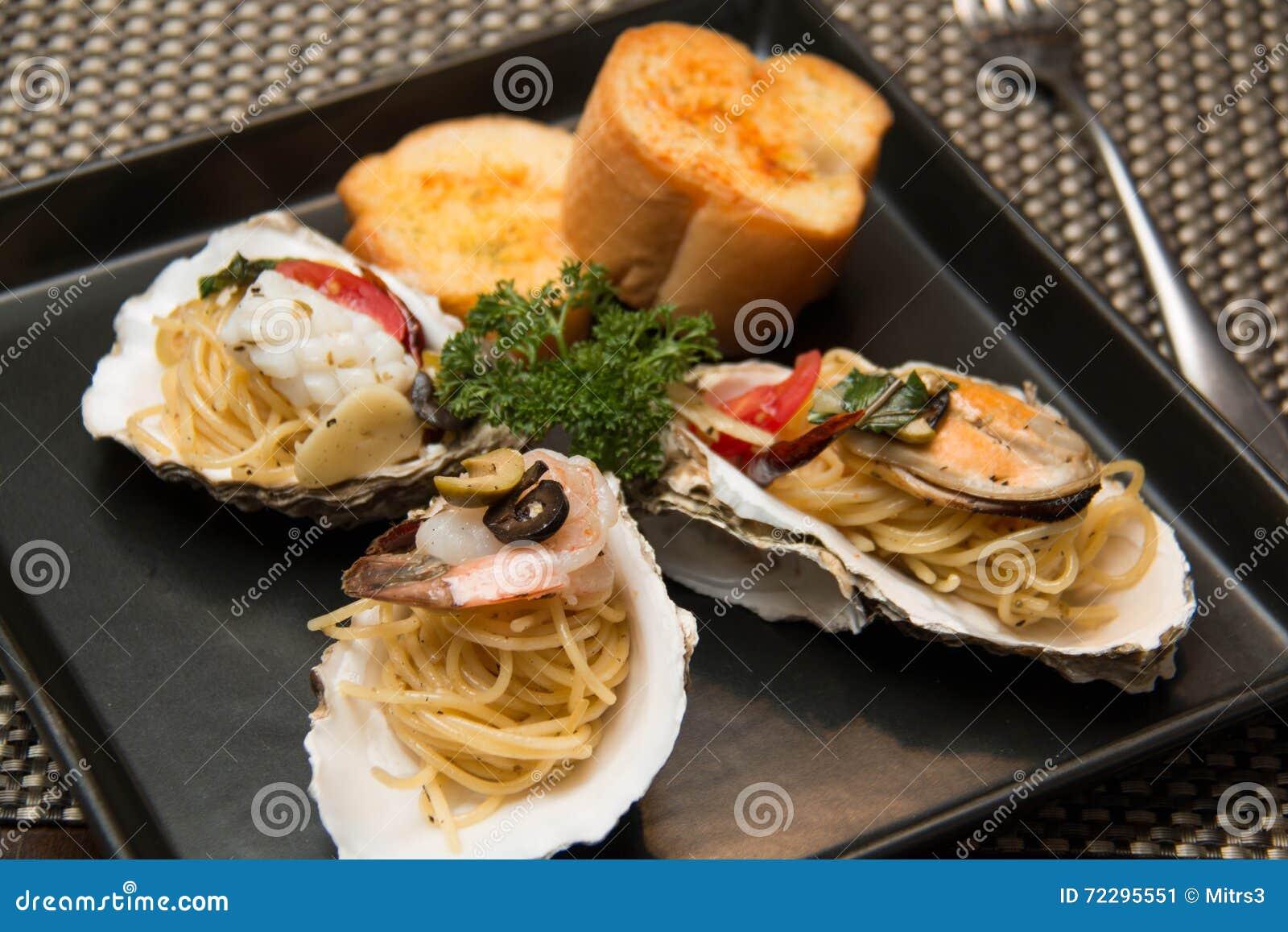 Download Морепродукты спагетти макаронных изделий очень вкусные в раковине Стоковое Изображение - изображение насчитывающей изолировано, shellfish: 72295551