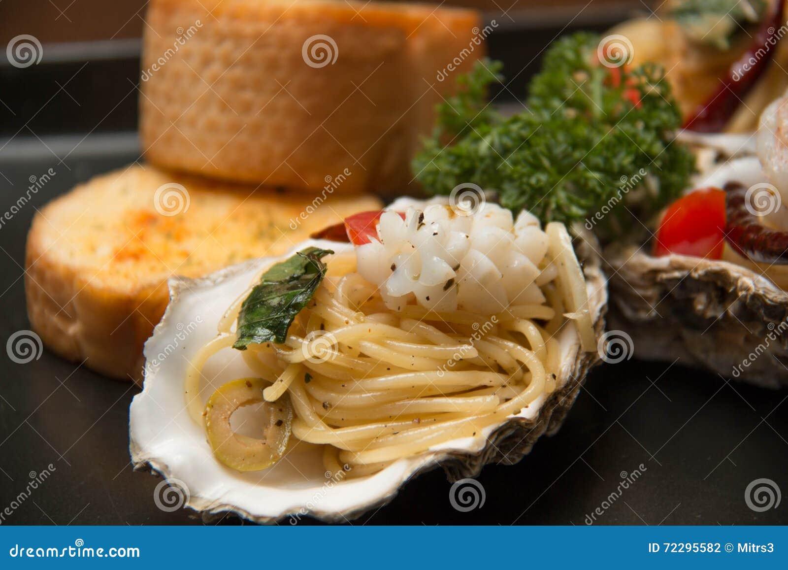 Download Морепродукты спагетти макаронных изделий очень вкусные в раковине Стоковое Фото - изображение насчитывающей соус, вкусно: 72295582