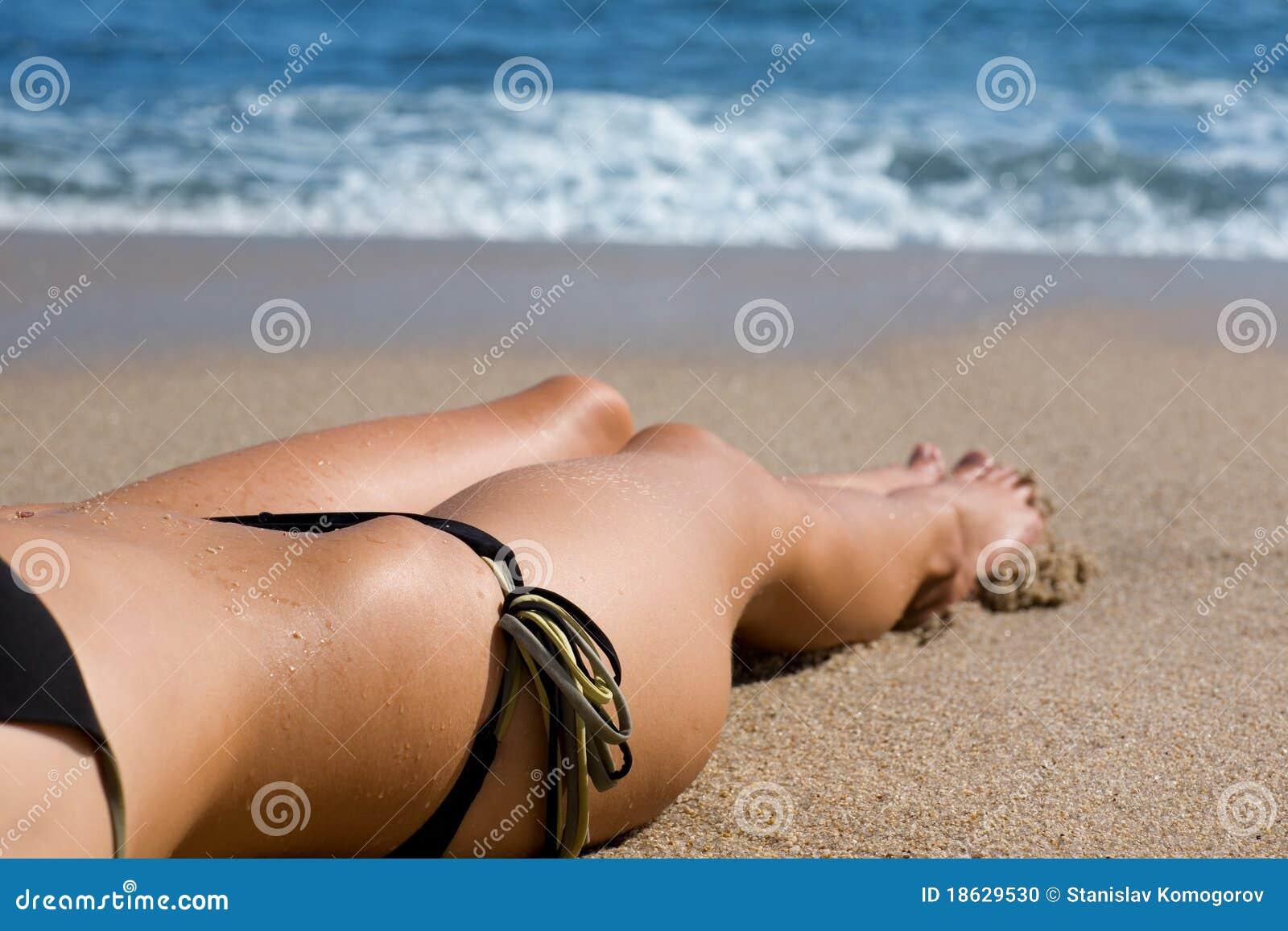 Тела девушек на пляже