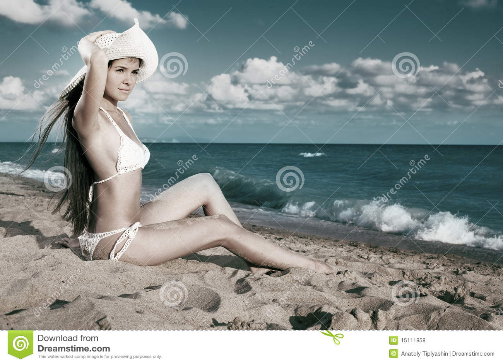море красотки сидит женщина