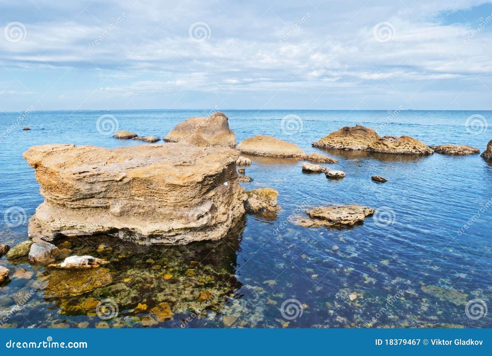 море пляжа каменистое
