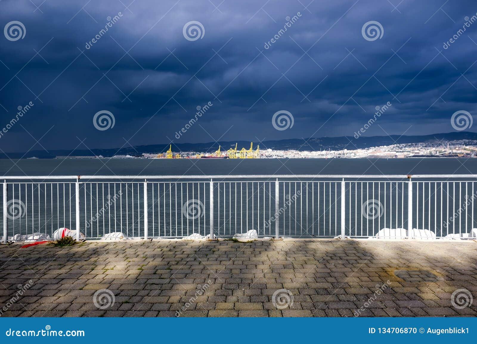Море получает неусидчивым, шторм получает более близко
