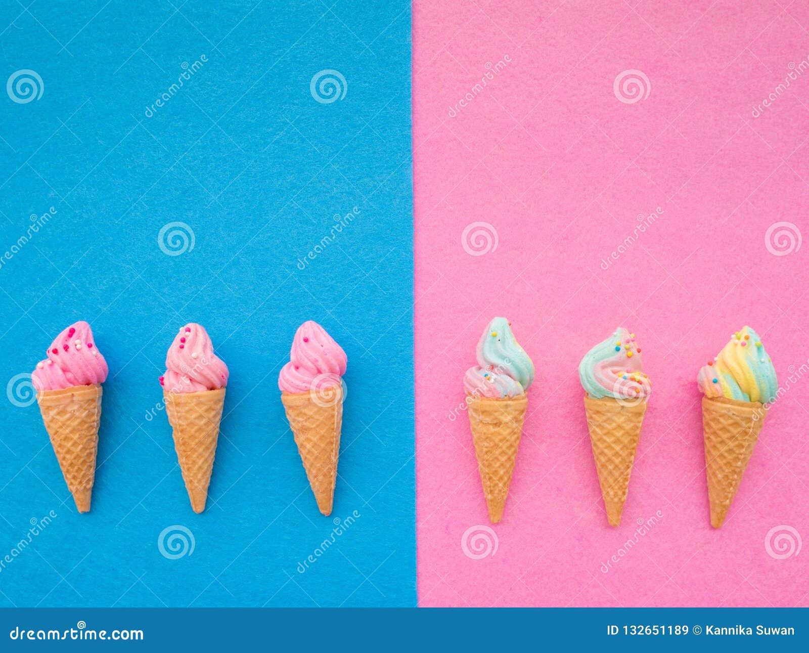 Мороженое в наборе конуса красочном на голубой и розовой предпосылке