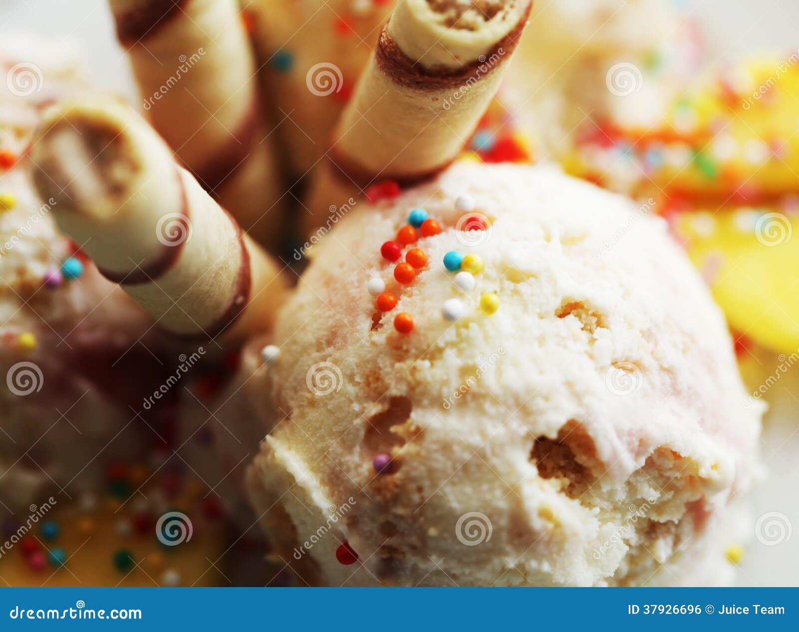 Мороженое клубники с манго