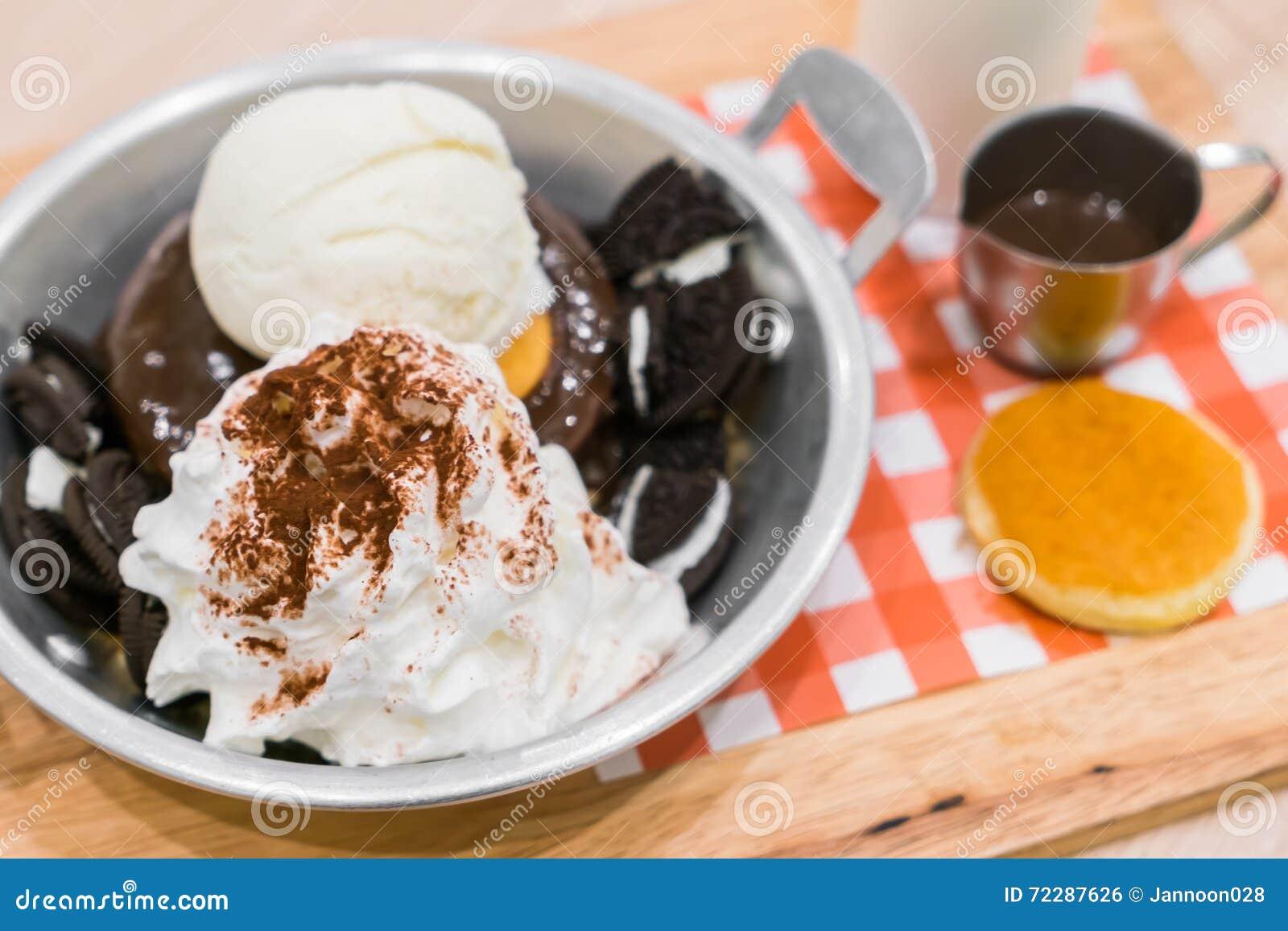 Download Мороженое с блинчиком и шоколадом Стоковое Фото - изображение насчитывающей crepe, макрос: 72287626