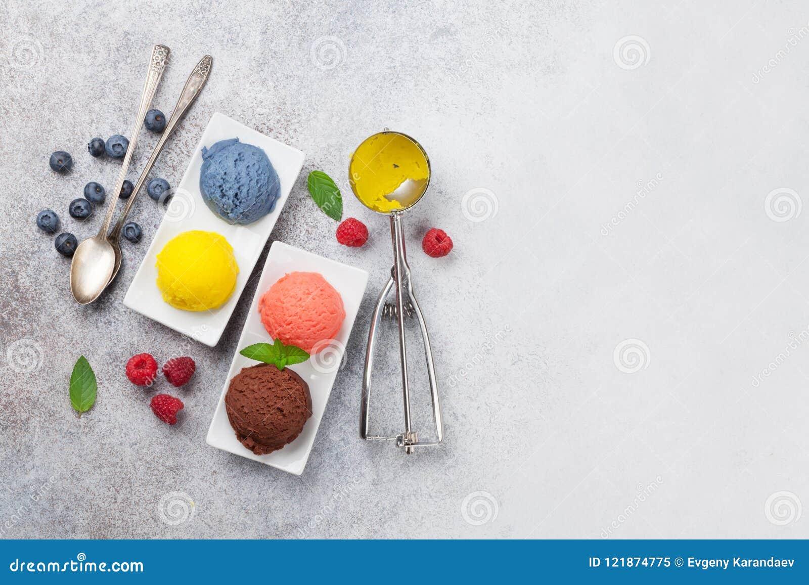 Мороженое с гайками и ягодами