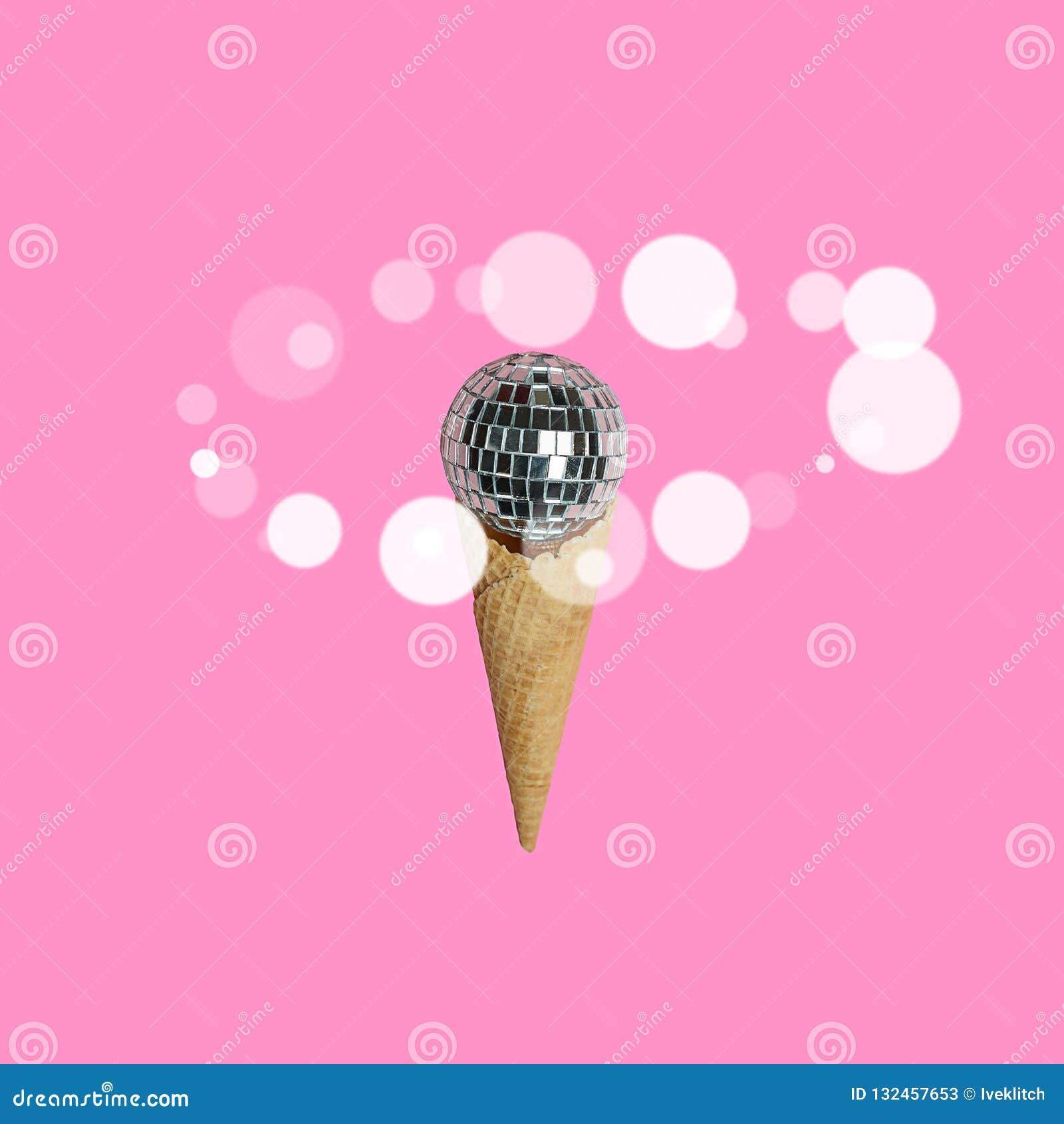 Мороженое шарика диско на яркой пастельной розовой предпосылке с белыми шариками вокруг Концепция партии праздника Взгляд сверху