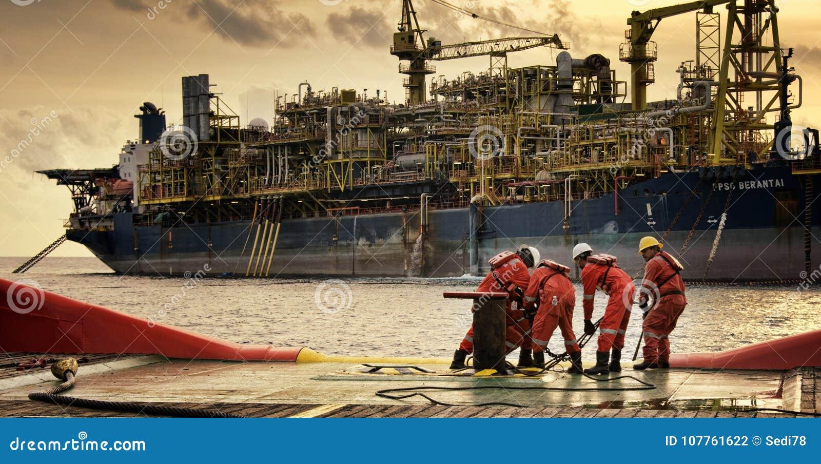 Морская работа экипажа на кормовой палубе во время вечера