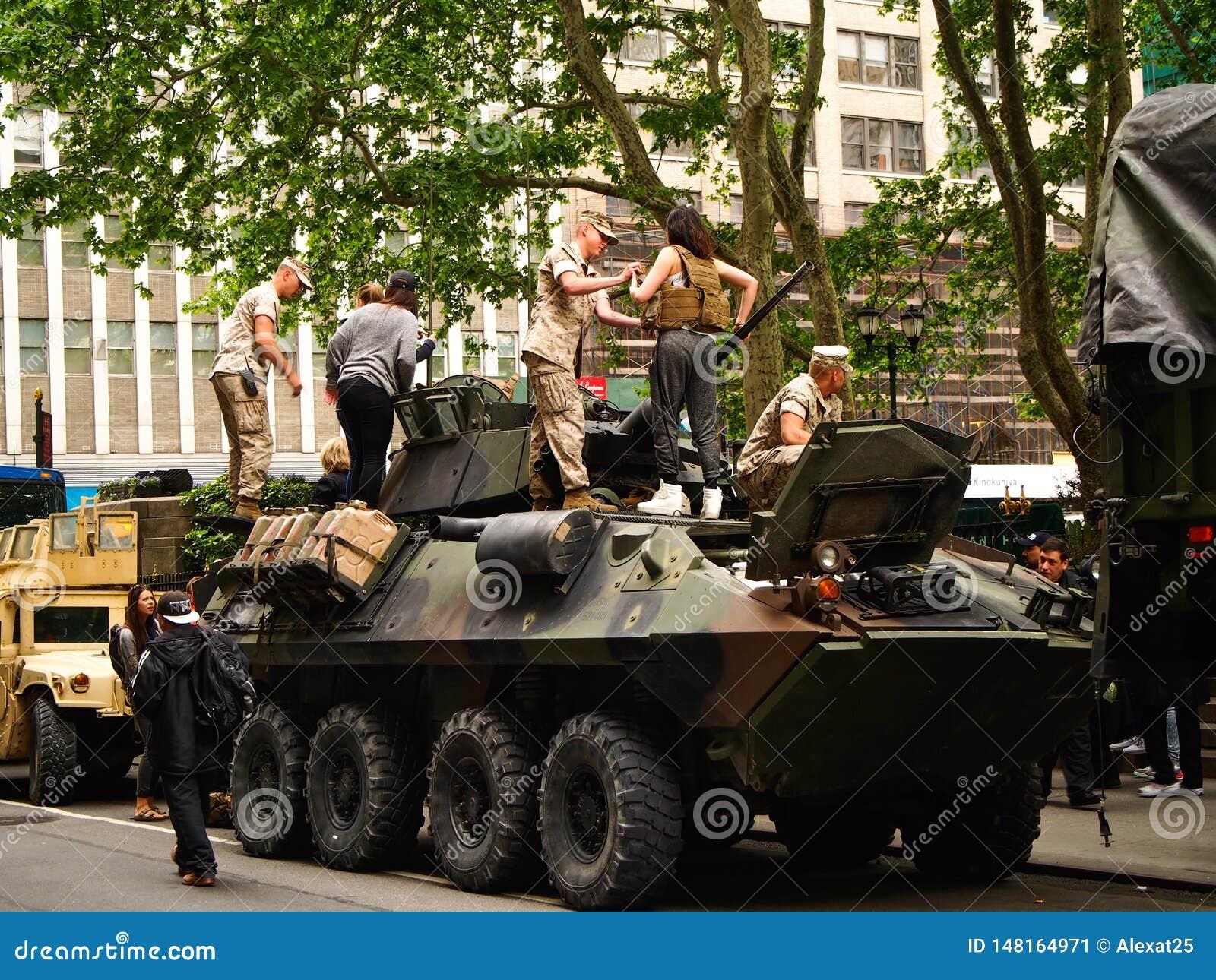 Морские пехотинцы Нью-Йорка - Соединенных Штатов, США на военном танке припаркованном на улице во время демонстрации для публики