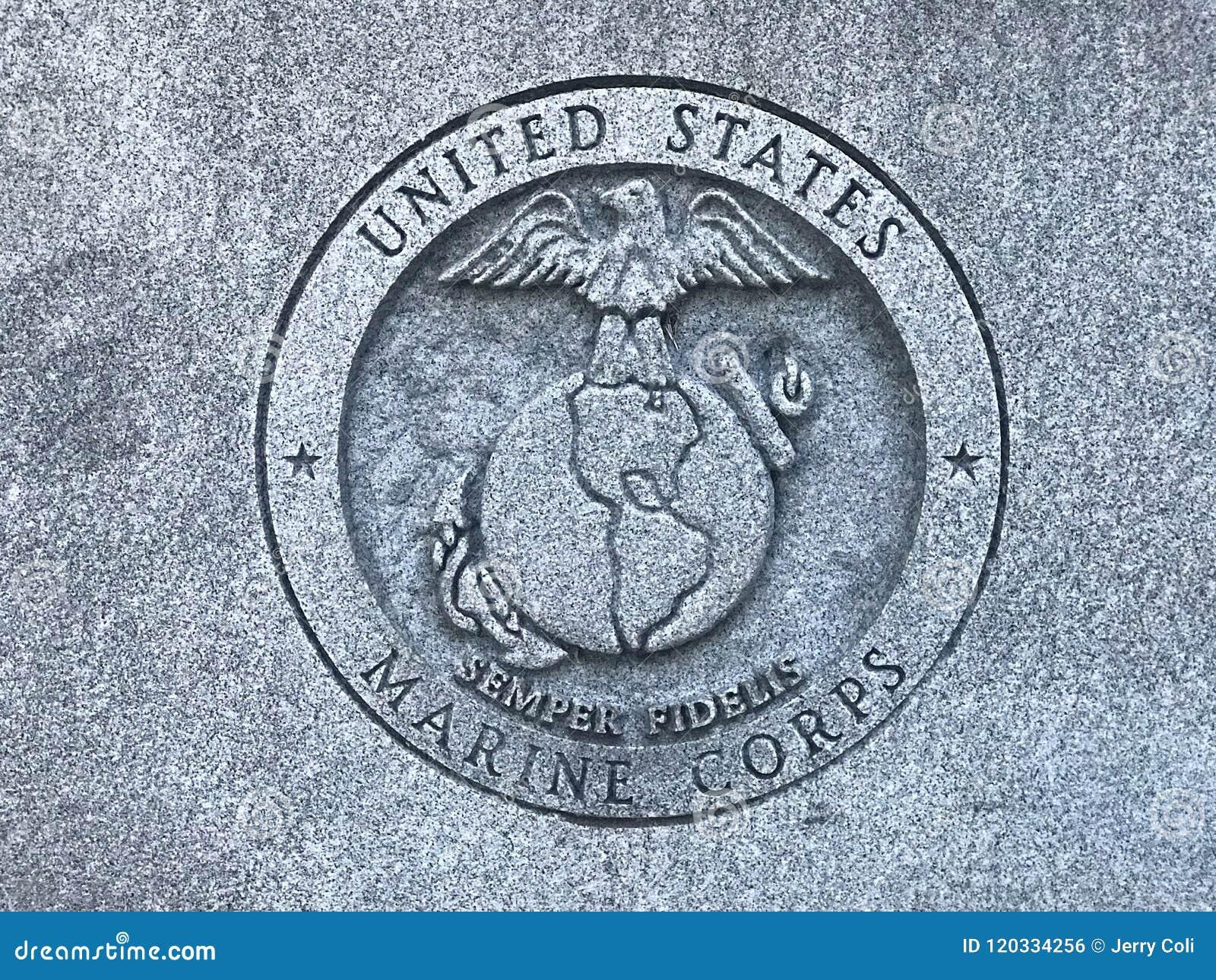 Морские пехотинцы США высекли логотип на мемориале к ветеранам Южной Каролины вооруженных сил страны Соединенных Штатов