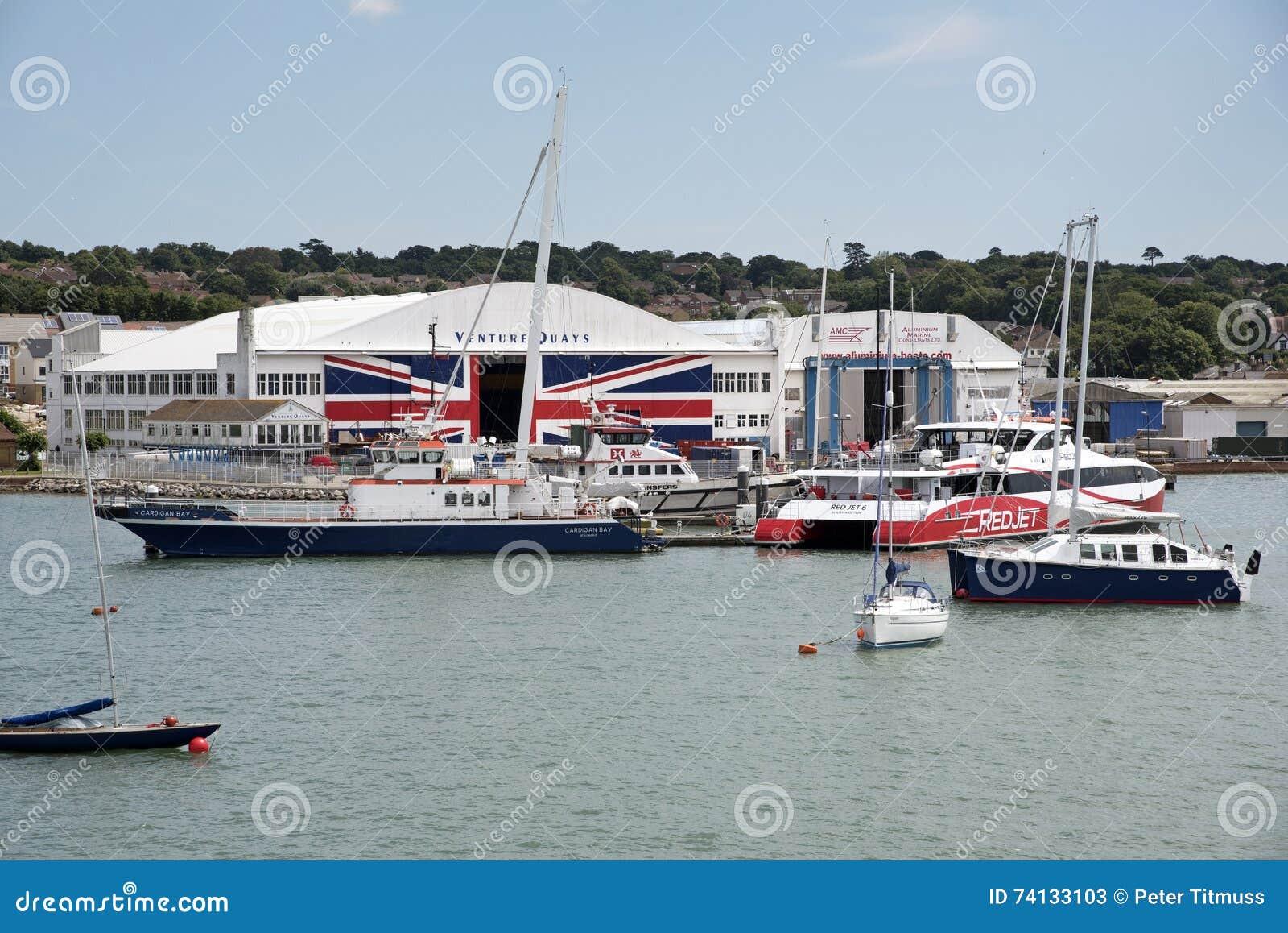 Морские предприятиe бизнеса расквартированные в старом ангаре Великобритании