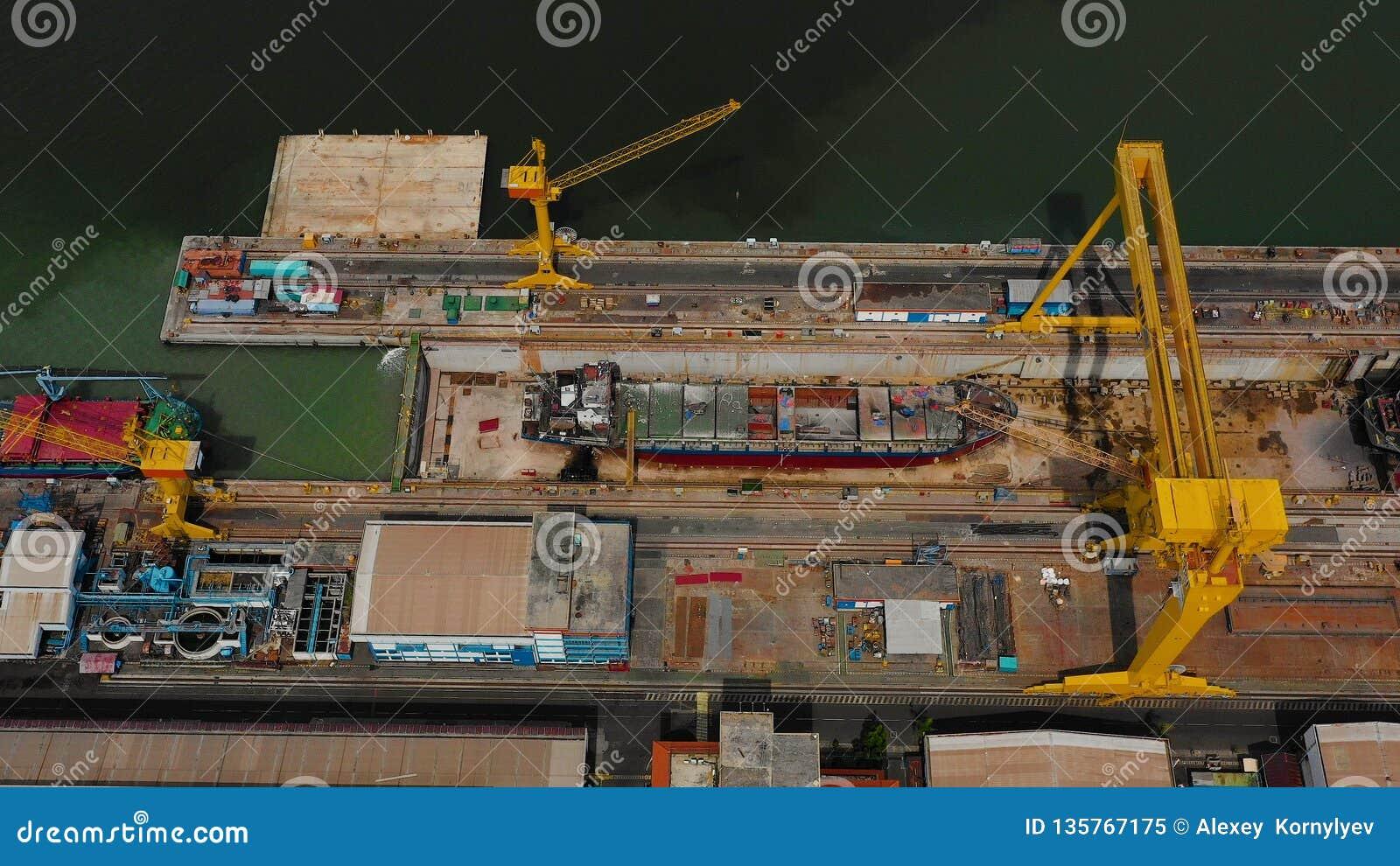 Морской порт груза и пассажира в Сурабая, Ява, Индонезии