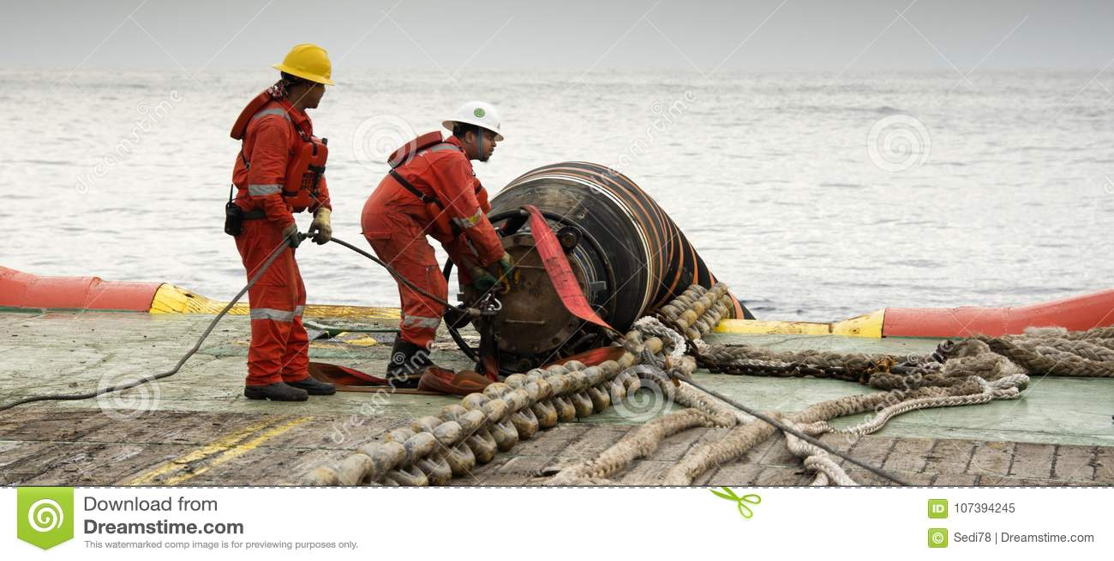 Морской экипаж делая деятельность соединения шланга
