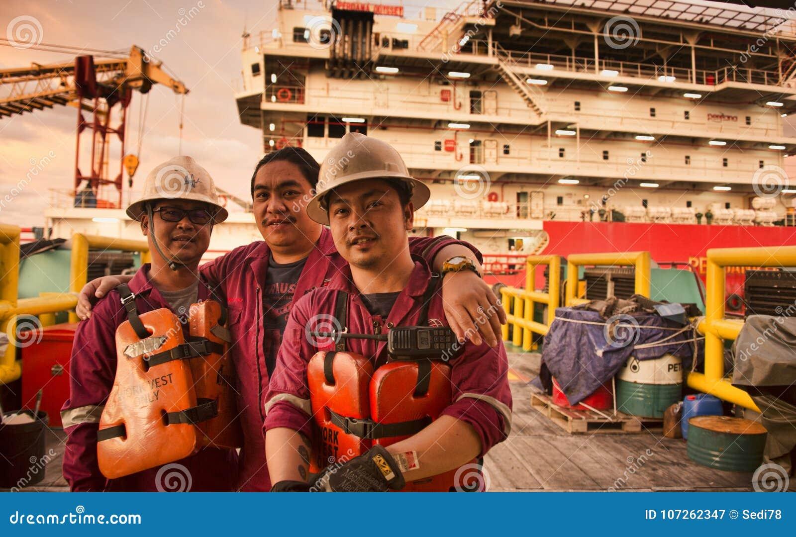 Морской экипаж получает готовым во время прибытия на барже работы размещещния