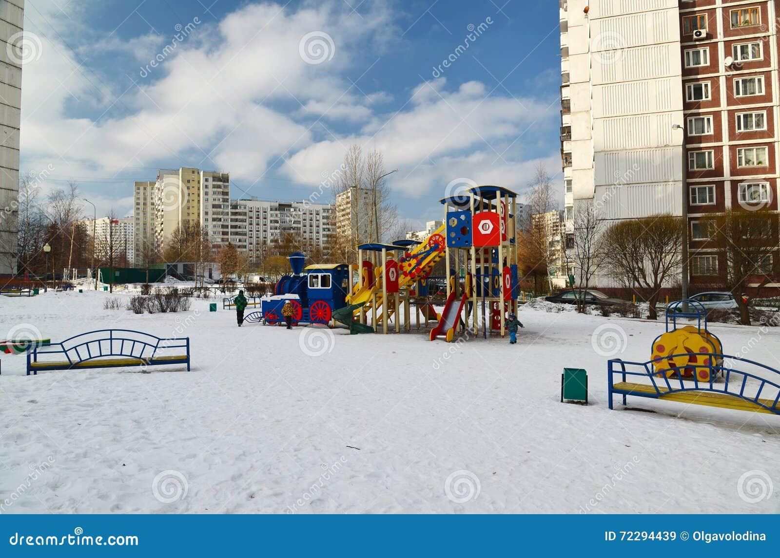 Download Москва, Москва - 20-ое февраля 2016 Структура спортивной площадки в дворе многоэтажного жилого дома Редакционное Стоковое Изображение - изображение насчитывающей cityscape, самомоднейше: 72294439