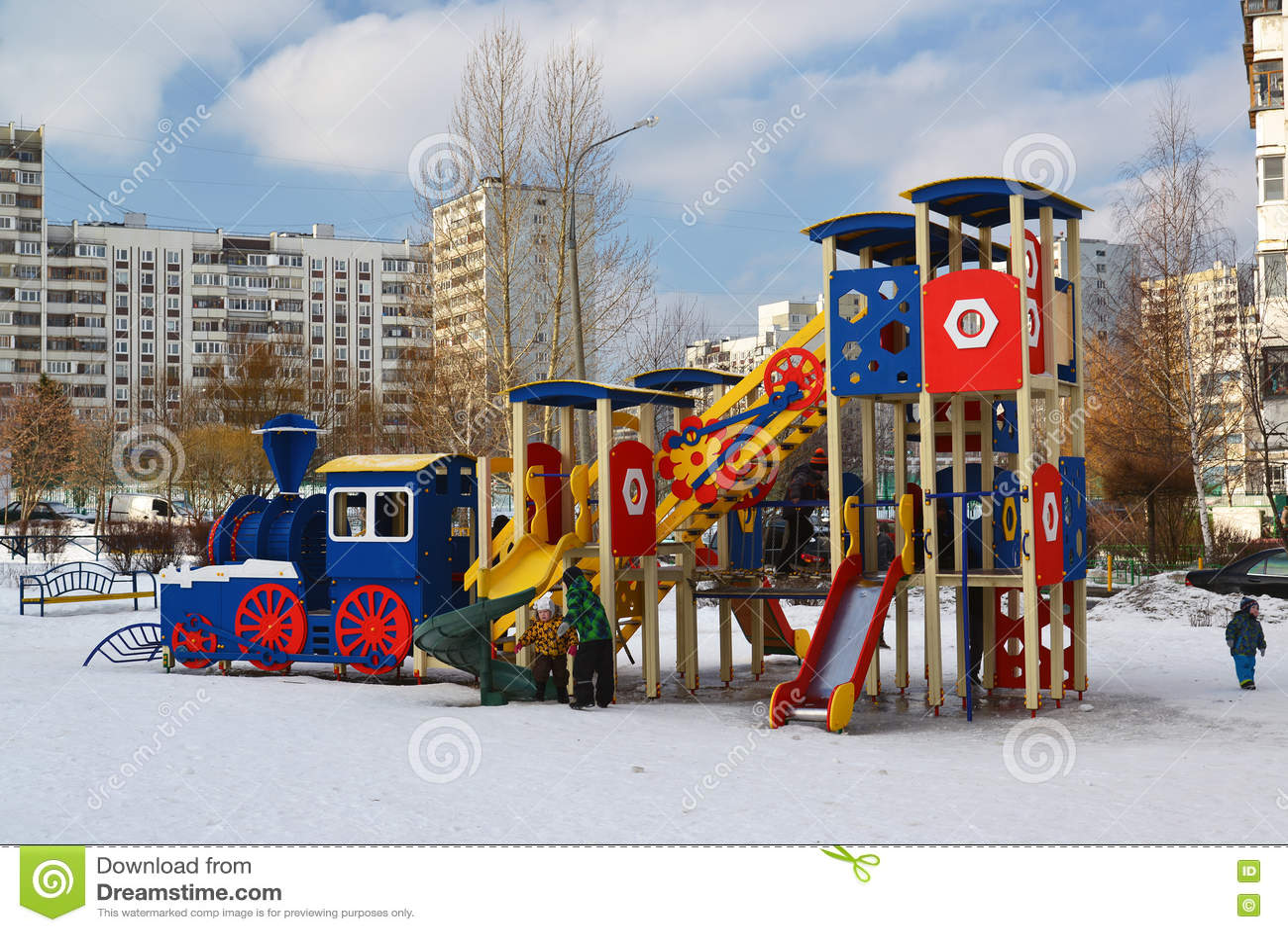 Download Москва, Москва - 20-ое февраля 2016 Структура спортивной площадки в дворе многоэтажного жилого дома Редакционное Стоковое Фото - изображение насчитывающей carousel, люди: 72295338