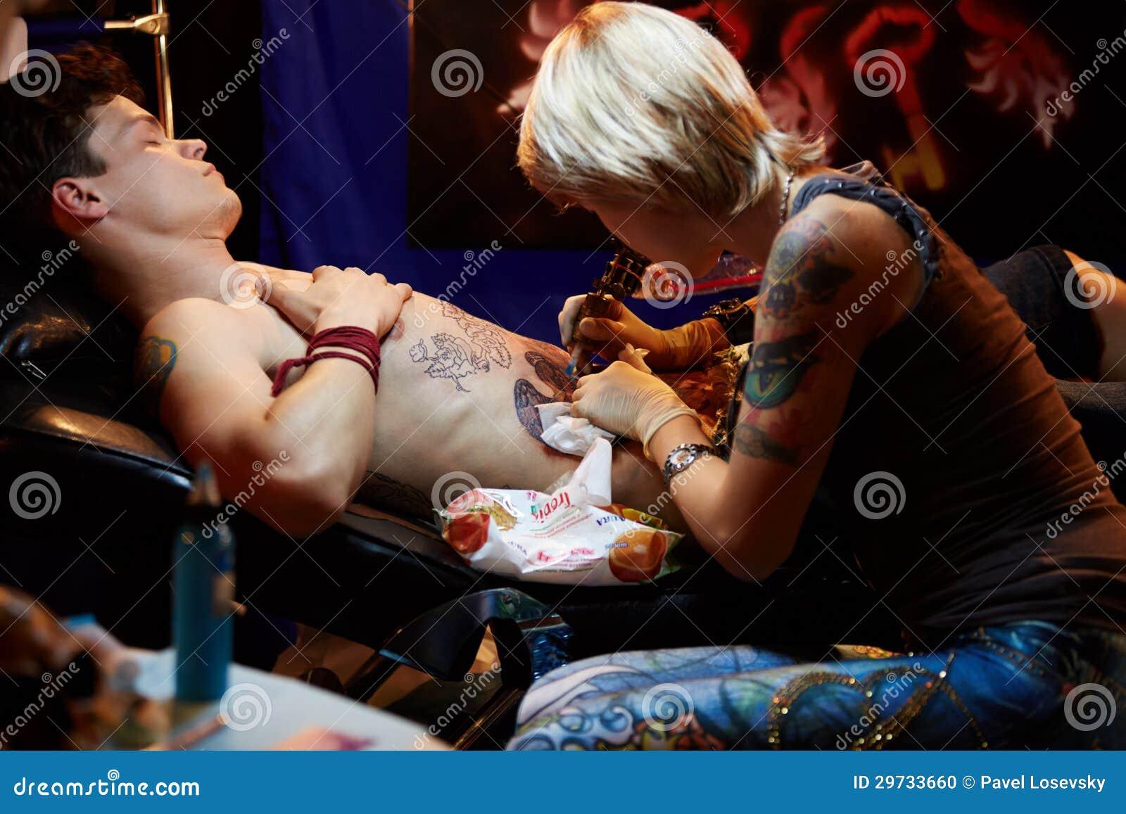 Художник татуировки работает в клубе ARENA-MOSCOW