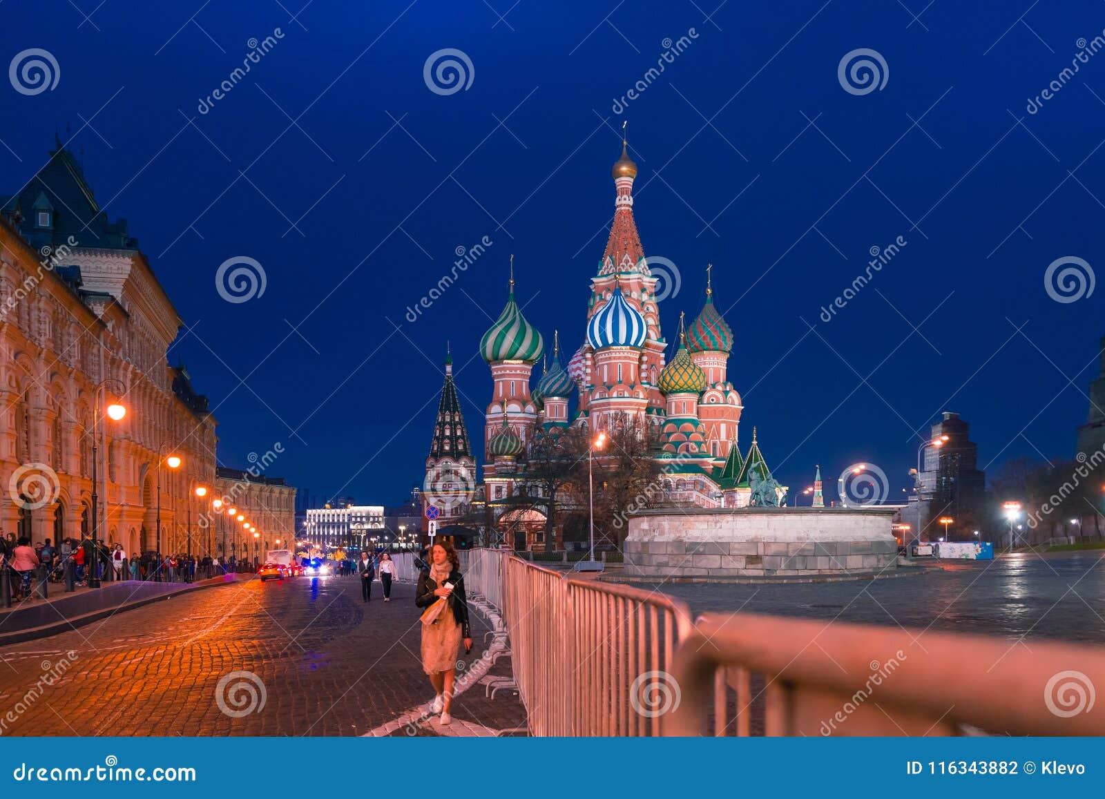 МОСКВА, РОССИЯ - 30-ОЕ АПРЕЛЯ 2018: Взгляд собора ` s базилика St на красной площади и прифронтовом месте Выравнивающся, перед за