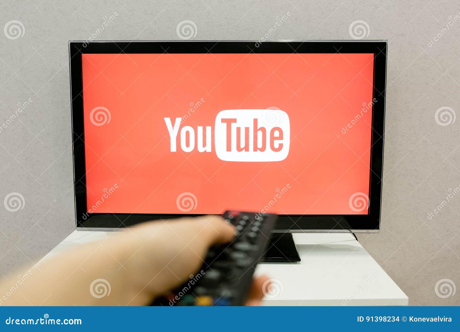 Москва, Россия - 24-ое апреля 2017: Игрок app канала YouTube видео- на умном ТВ YouTube позволяет миллиардам людей к