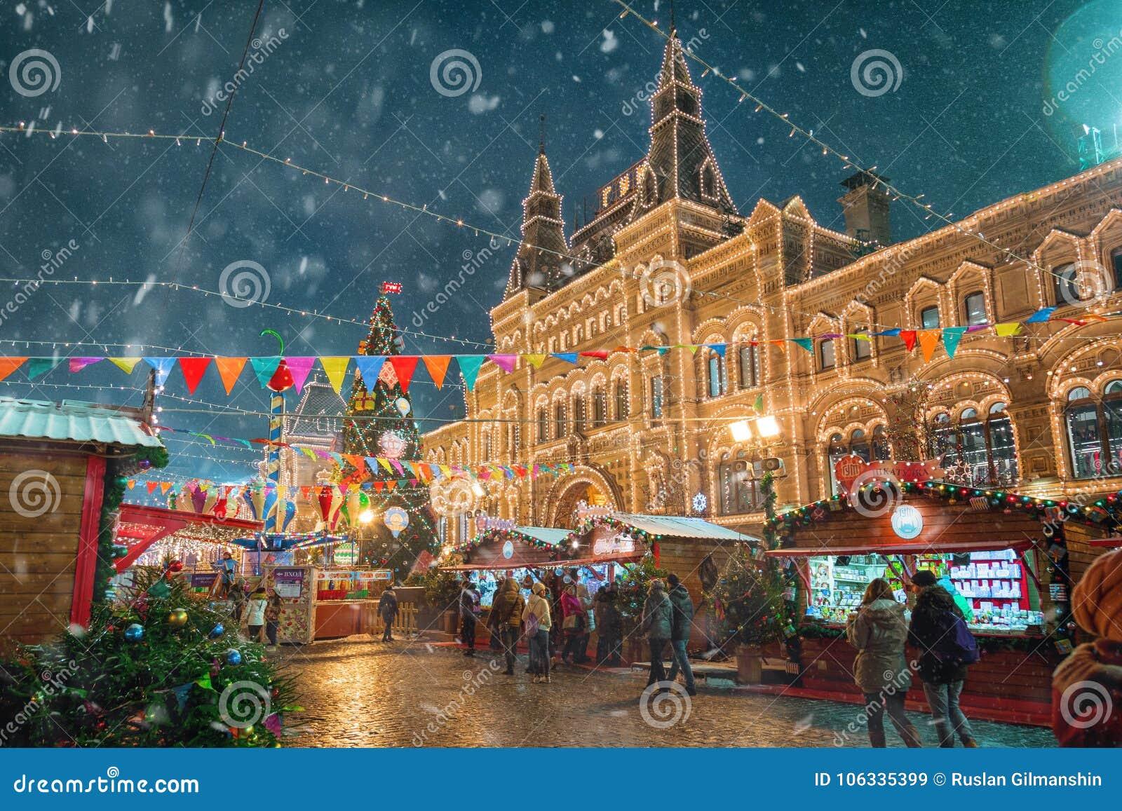 Москва, Россия - 5-ое декабря 2017: КАМЕДЬ торгового дома рождественской елки на красной площади в Москве, России