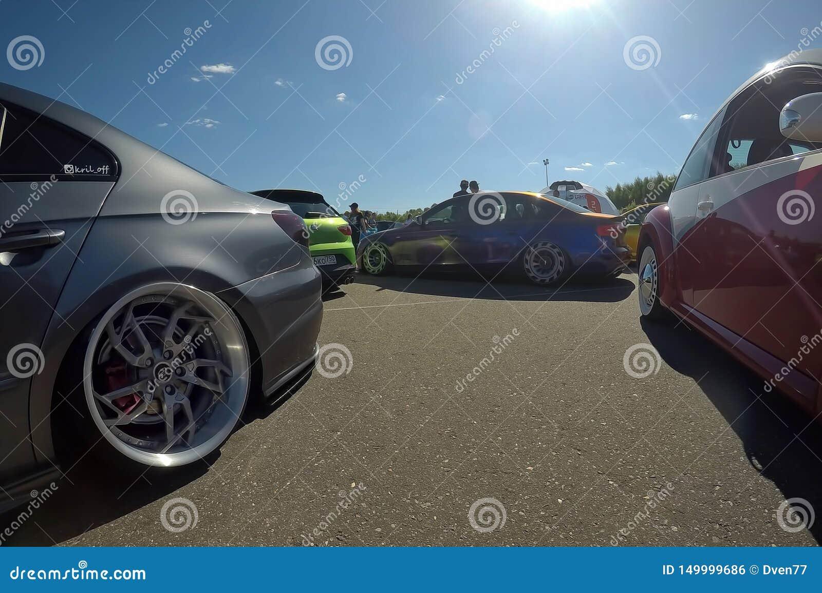 Москва, Россия - 1-ое июня 2019: Tuned понизил автомобили припаркованные на улице Volkswagen Passat на праве, audi stanced в цент
