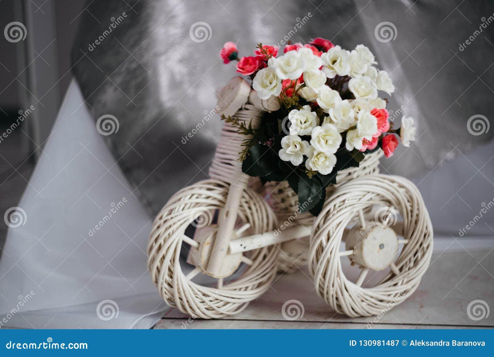 Москва, Россия - 06 10 2018: плетеная стойка для цветков в форме велосипеда, домашнего оформления, уютной комнаты, дизайна интерь