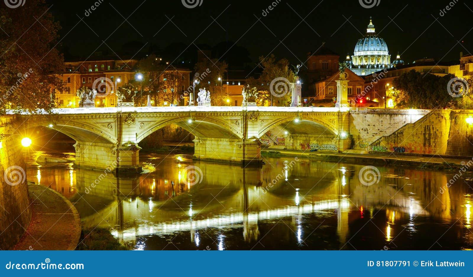 Мосты над рекой Тибром и базиликой St Peters в Риме к ноча