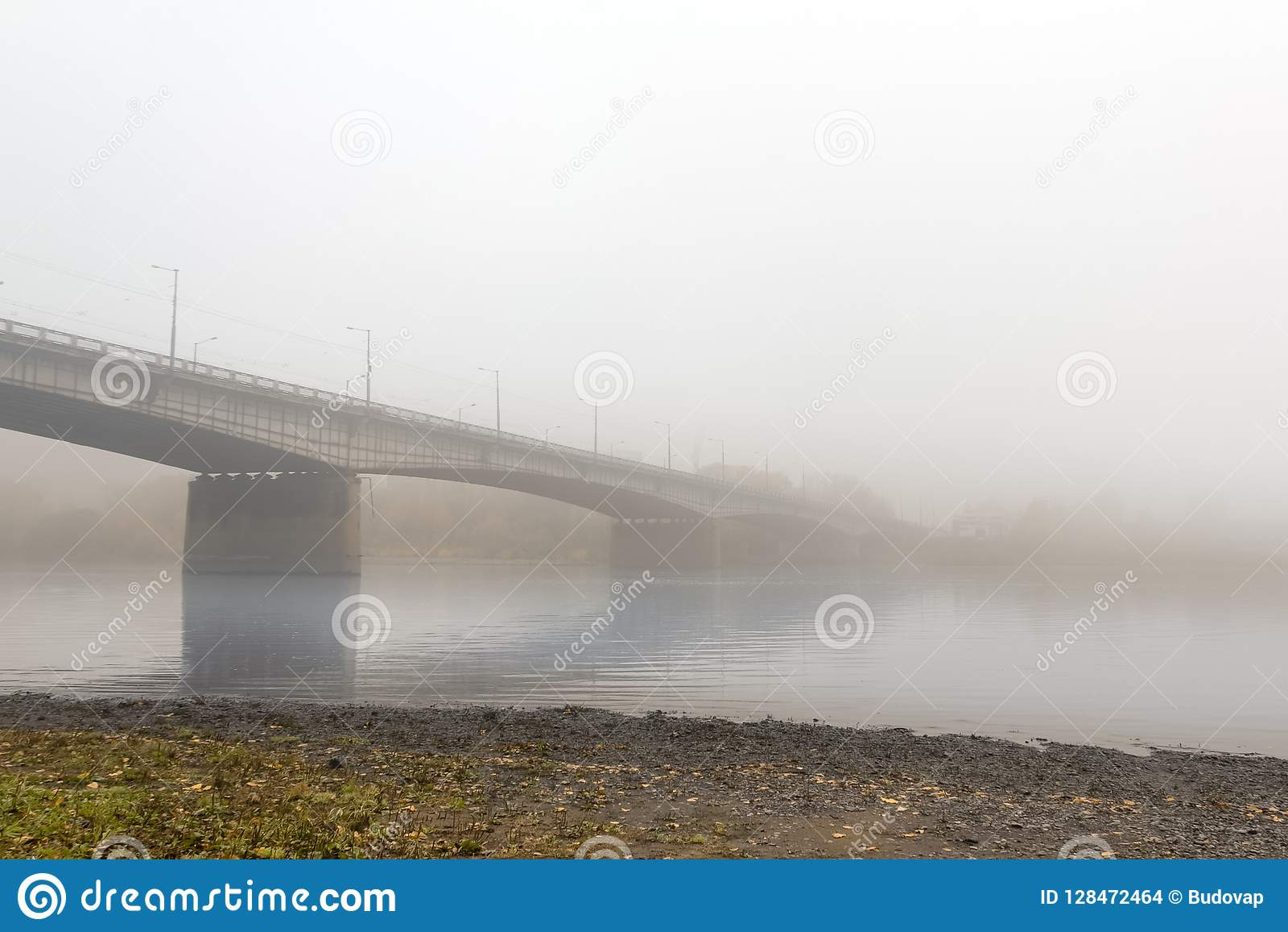 Мост автомобиля большой протянул через спокойное реку, обернутое внутри
