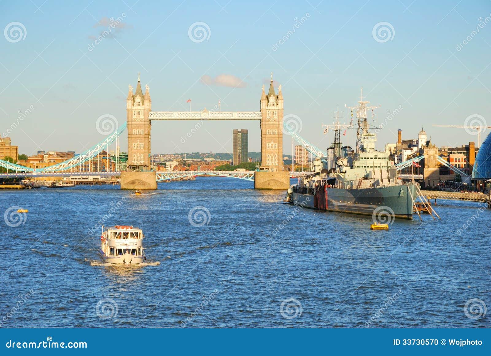 Мост башни Лондона и река Темза в вечере освещают