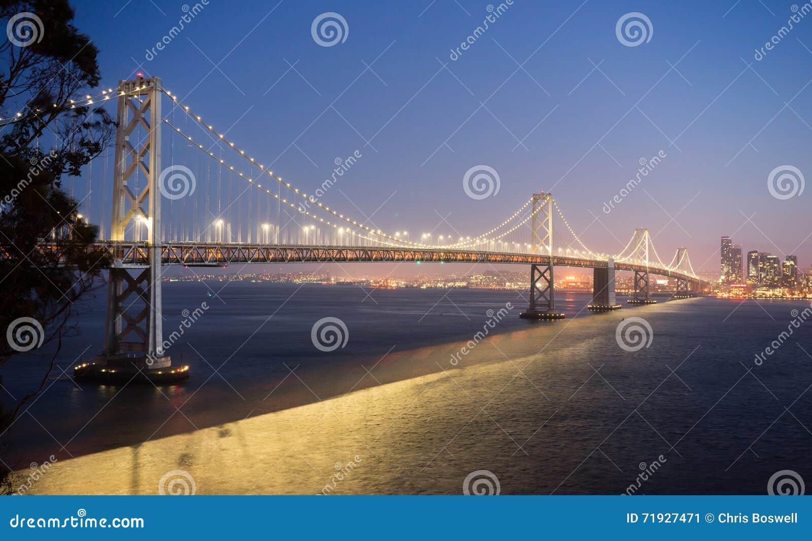 Мост залива пересекая западное побережье Тихий Океан горизонта Сан-Франциско