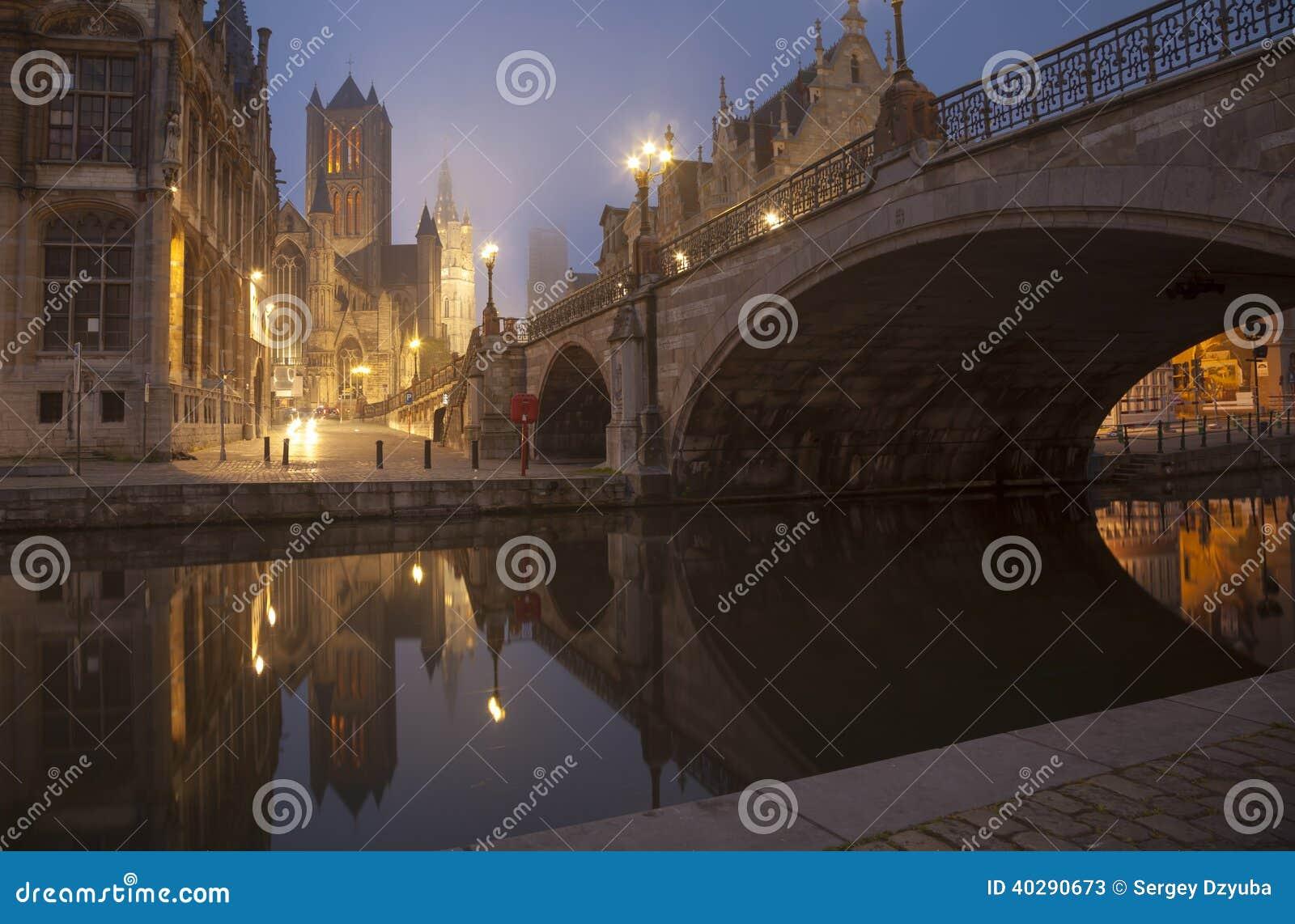 Мост Майкл s и belfot города Gent в тумане