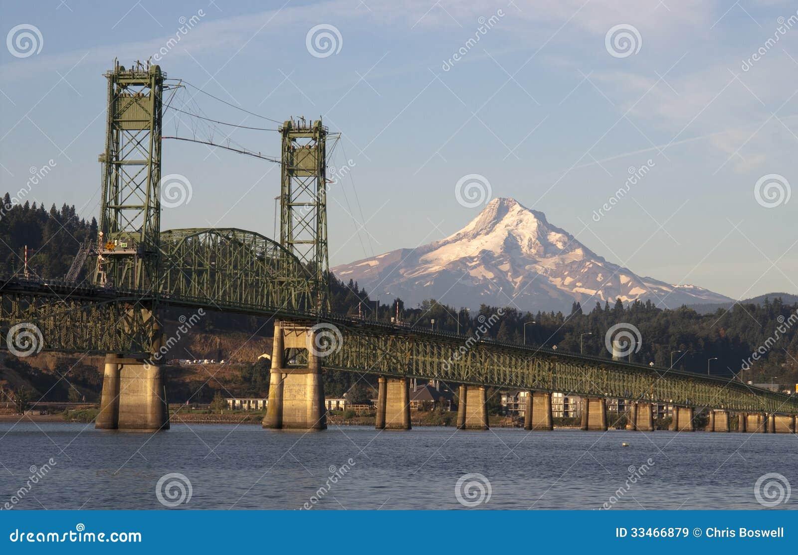 Мост над Колумбией к каскаду Mountian Рекы Hood Орегона