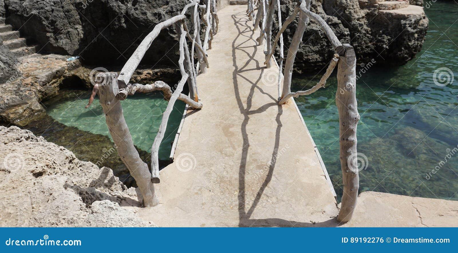 Мост над кристаллом - чистой водой