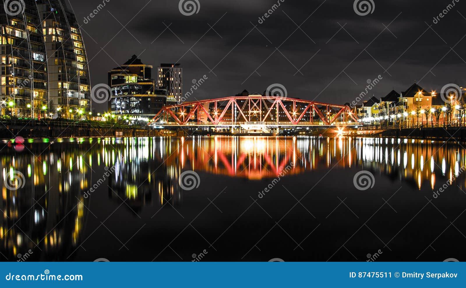 Мост над малым рекой с длинными отражениями