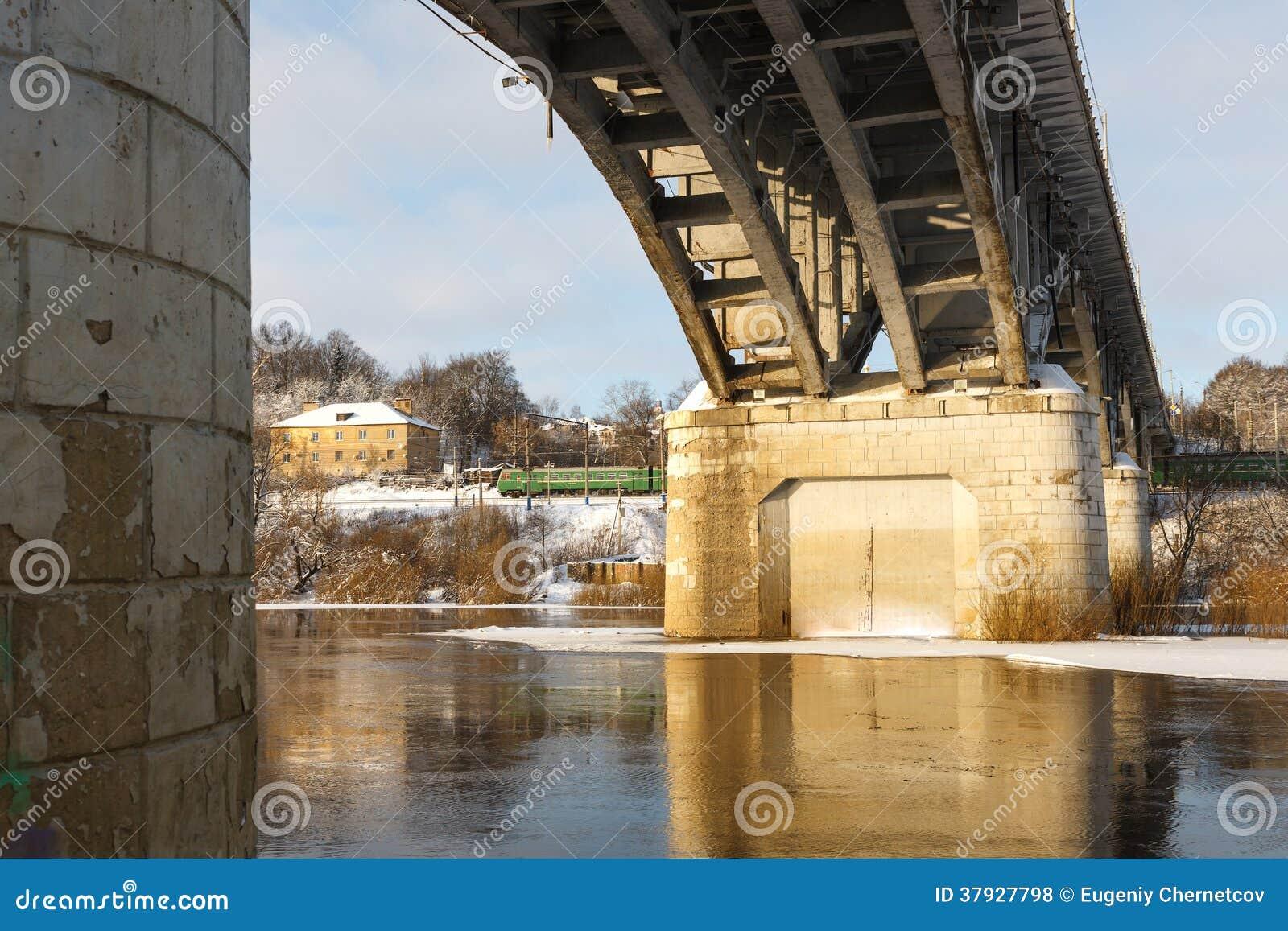 Мост над рекой в зиме