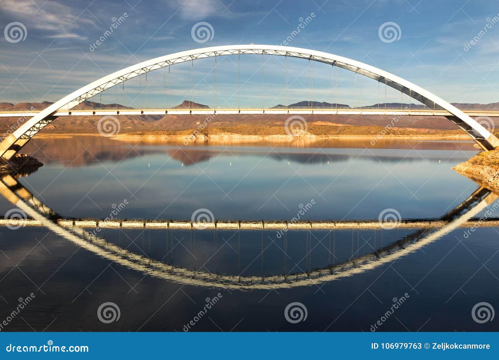 Мост озера Рузвельт на конце следа апаша в горах суеверия Аризоны